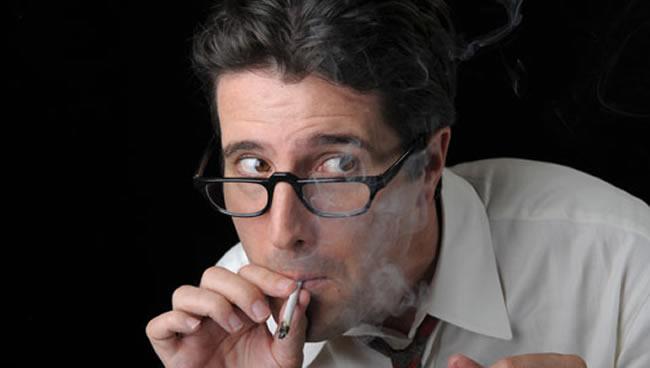 hombre-serio-fuma-marihuana